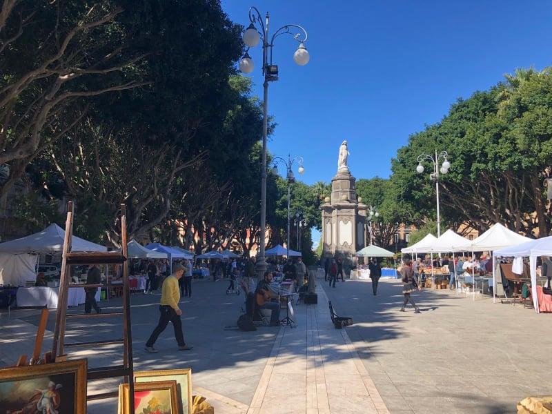 Foto del mercato domenicale di Piazza del Carmine, storico punto di ritrovo per la città di Cagliari