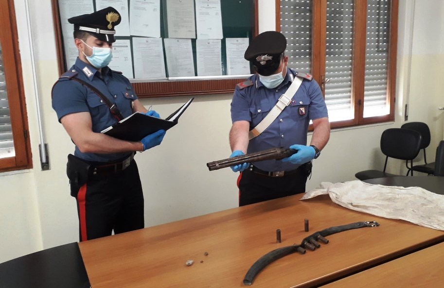 immagine arma sequestrata dai carabinieri