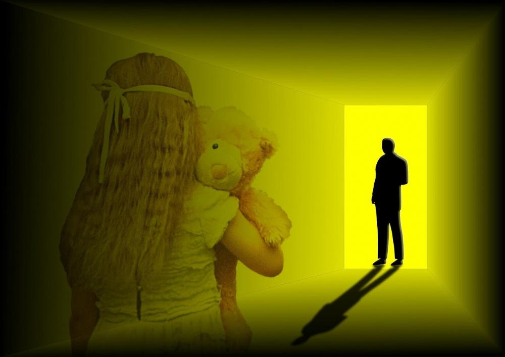 immagine mamme arrestate per abuso sulle loro figlie