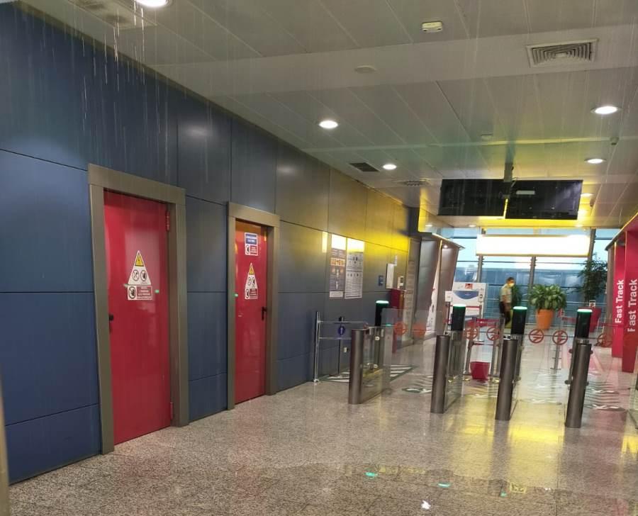 immagine interni aeroporto di elmas invasi dalla pioggia