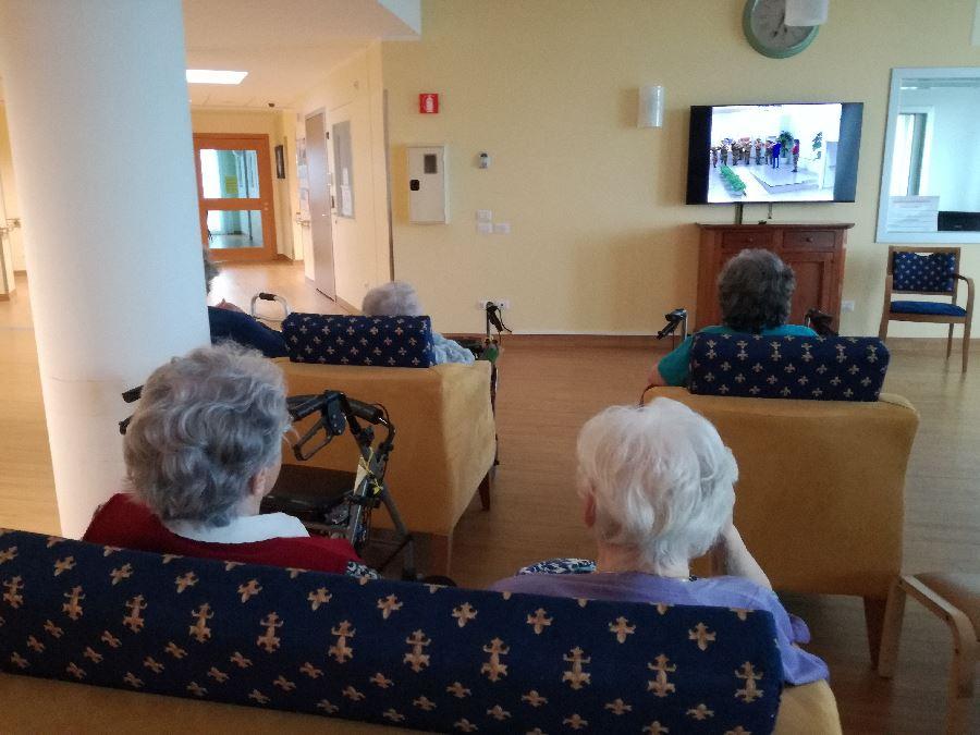 anziani assisino all'esibizione della fanfara dei bersaglieri di dolianova