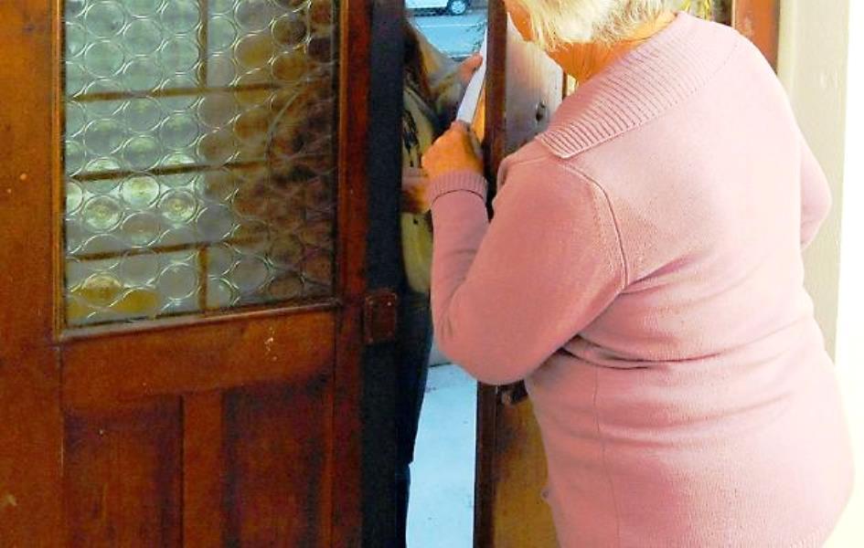 entrano a rubare in casa di una donna anziana