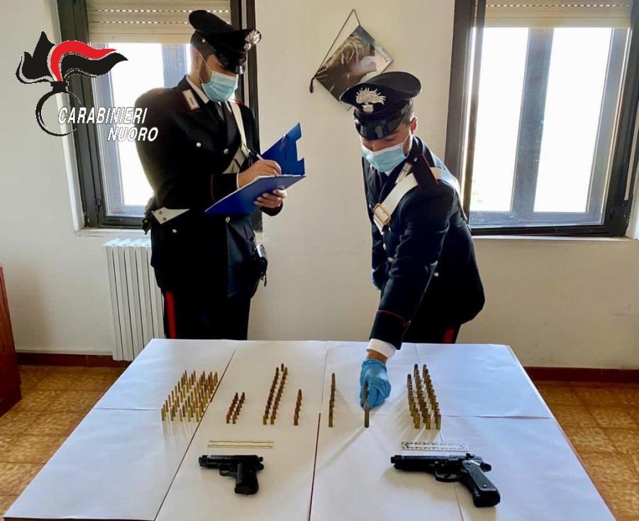 armi e munizioni recuperate dai carabinieri a ulassai in provincia di nuoro
