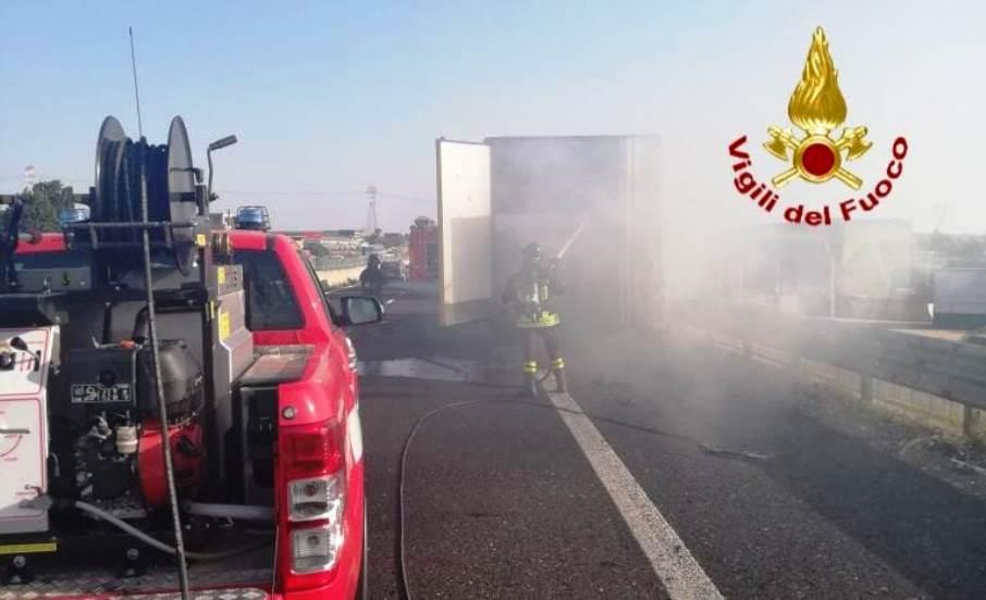 immagine incendio camion a cagliari