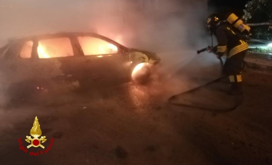 immagine auto in fiamme a sassari