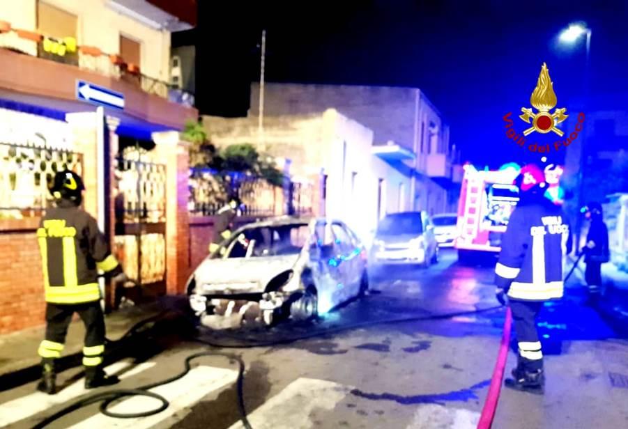 auto in fiamme a selargius