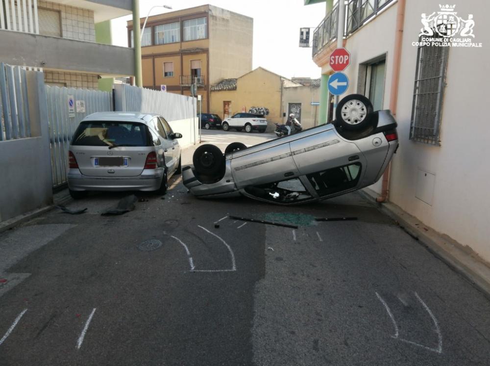 auto ribaltata a pirri.