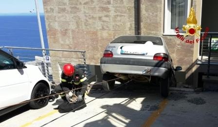 immagine auto contro la ringhiera