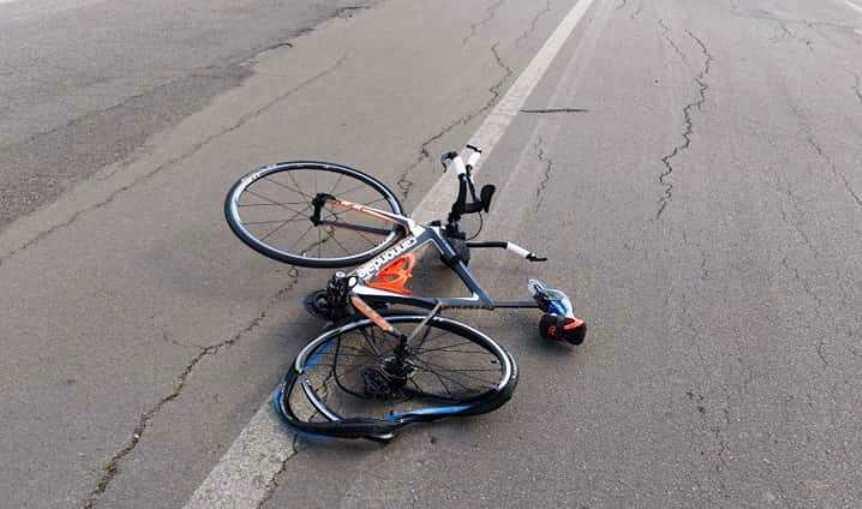 bicicletta investita da automobile