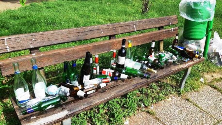 immagine bottiglie in strada