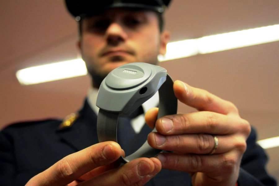 immagine braccialetto elttronico antistalking su un uomo a venezia