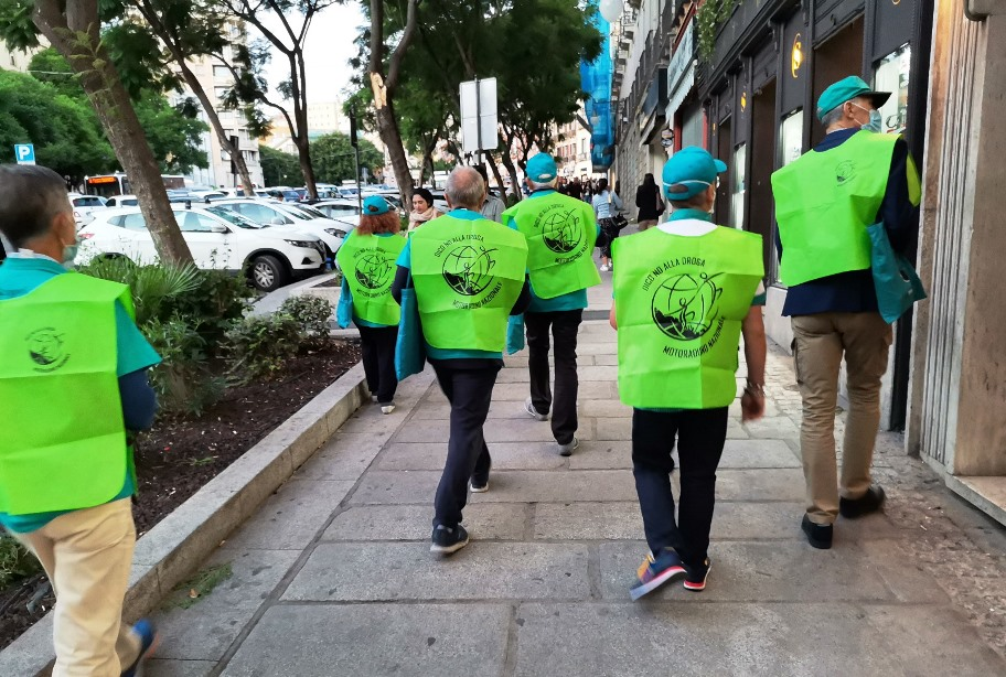 volontari che distribuiscono i libretti La Verità sulla Droga