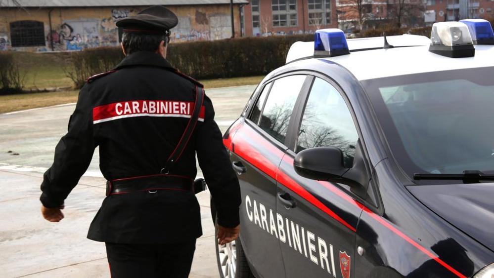 immagine carabinieri arrestato uomo con maschera da bertinotti che lanciava frecce con balestra