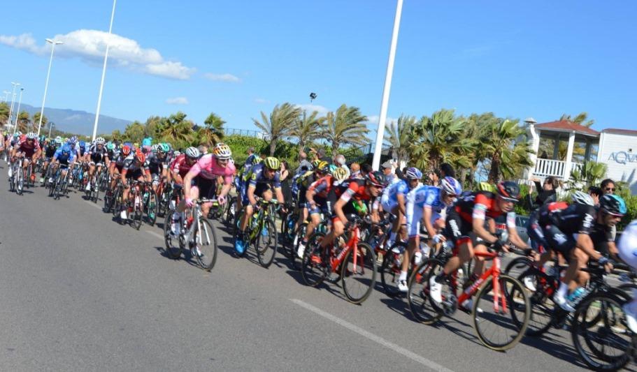 Ciclisti in gara nel lungomare Poetto di Quartu nel 2017