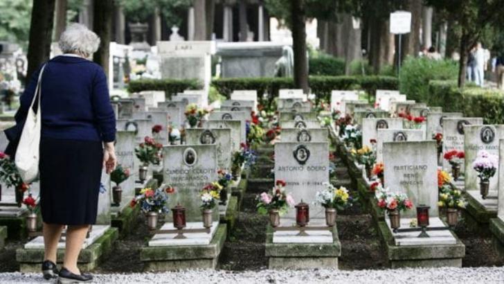 donna in cimitero