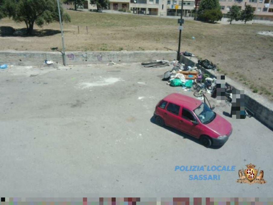 immagine di persone che scaricano rifiuti in modo illecito