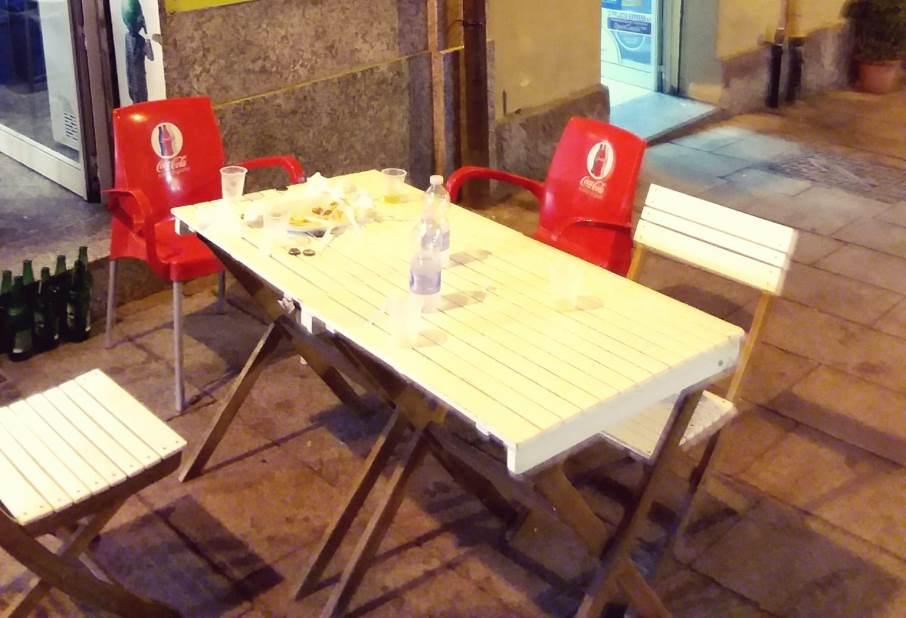 immagine tavolino all'aperto centro storico cagliari