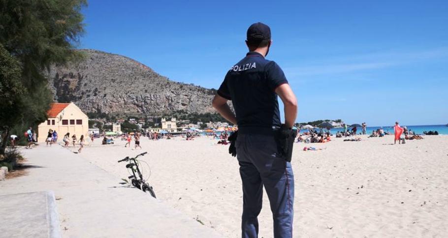immagine polizia controlli spiagge