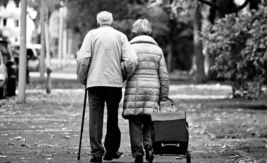 immagine coppia genitori anziani