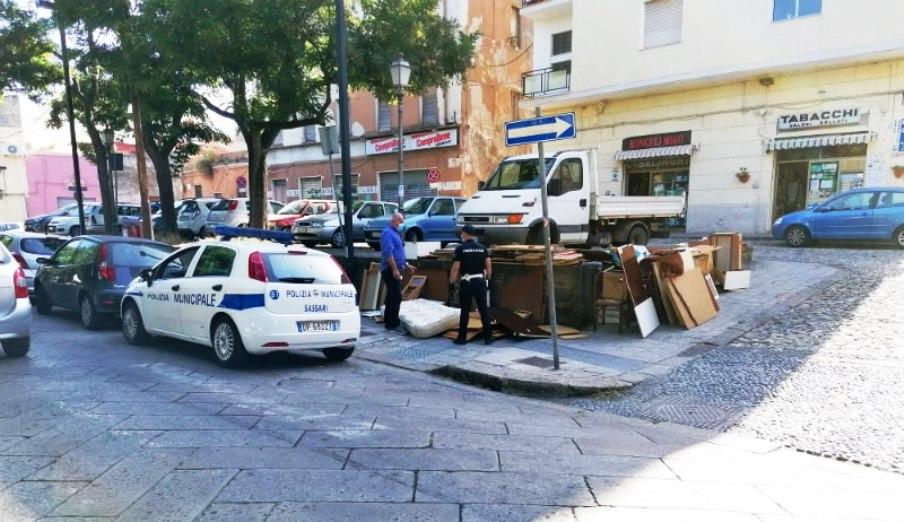 immagine discarica creata in Corso Vico a Sassari