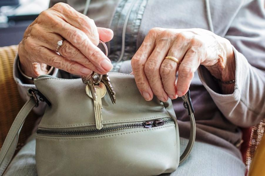 immagine donna anziana maltrattata dal figlio