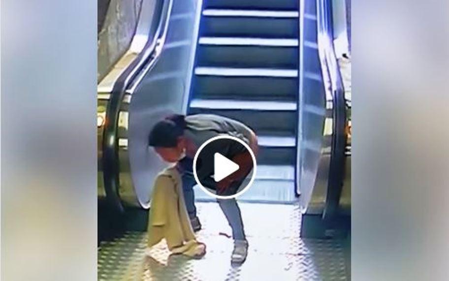 immagine donna che defeca davanti scale mobili stazione milano