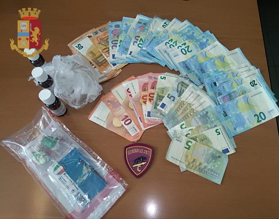 immagine droga e denaro sequestrato dalla polizia
