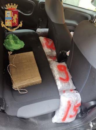 immagine droga nascosta nell'auto