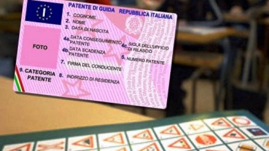 Sostiene l'esame della patente al posto dell'amico. Denunciato un 27enne del Senegal
