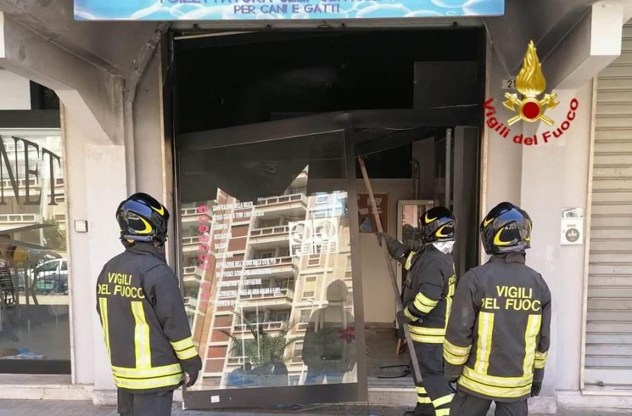 Cagliari. Esplosione e principio d'incendio in un self service di toilettatura per cani e gatti