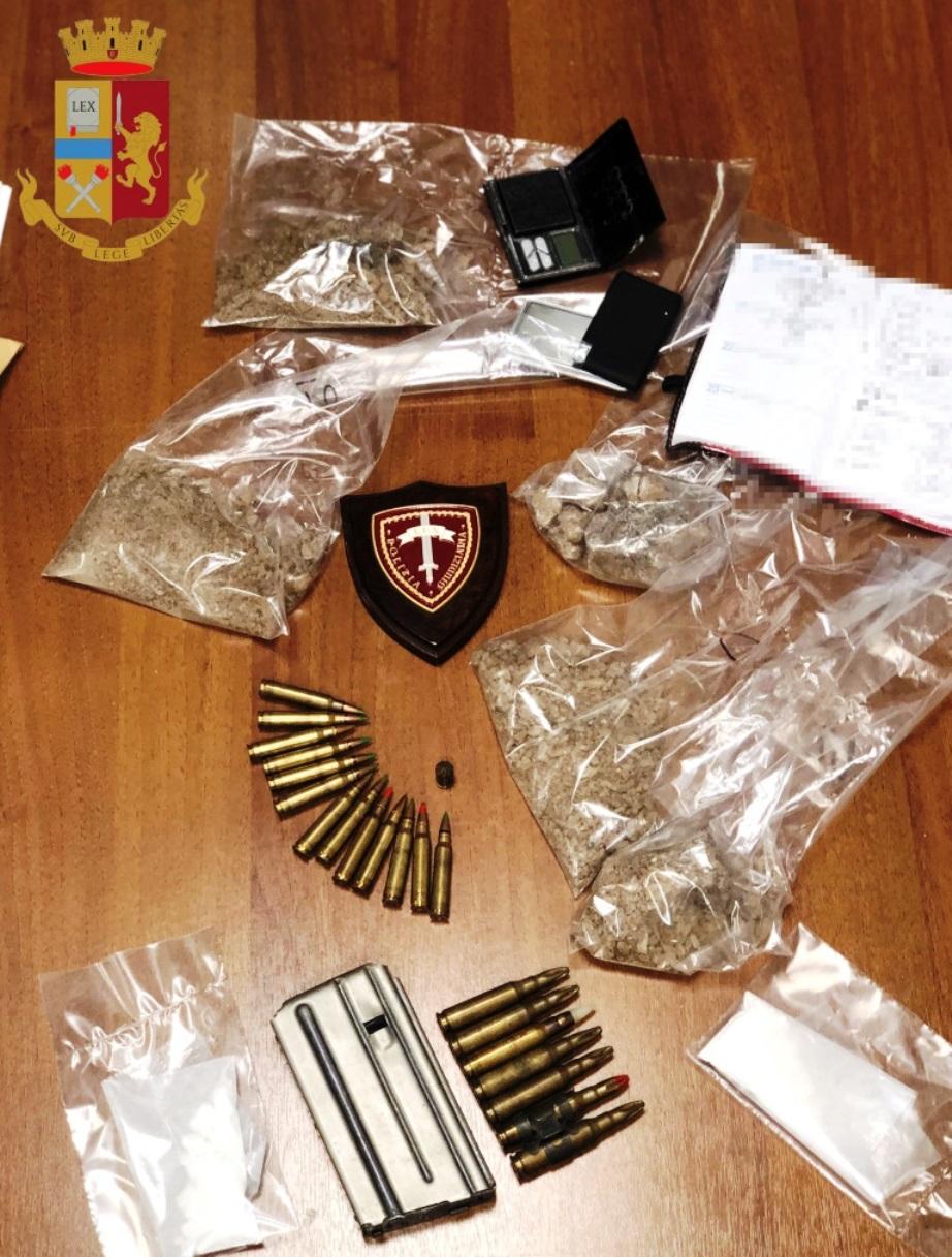 immagine droga e munizioni sequestrate a roma