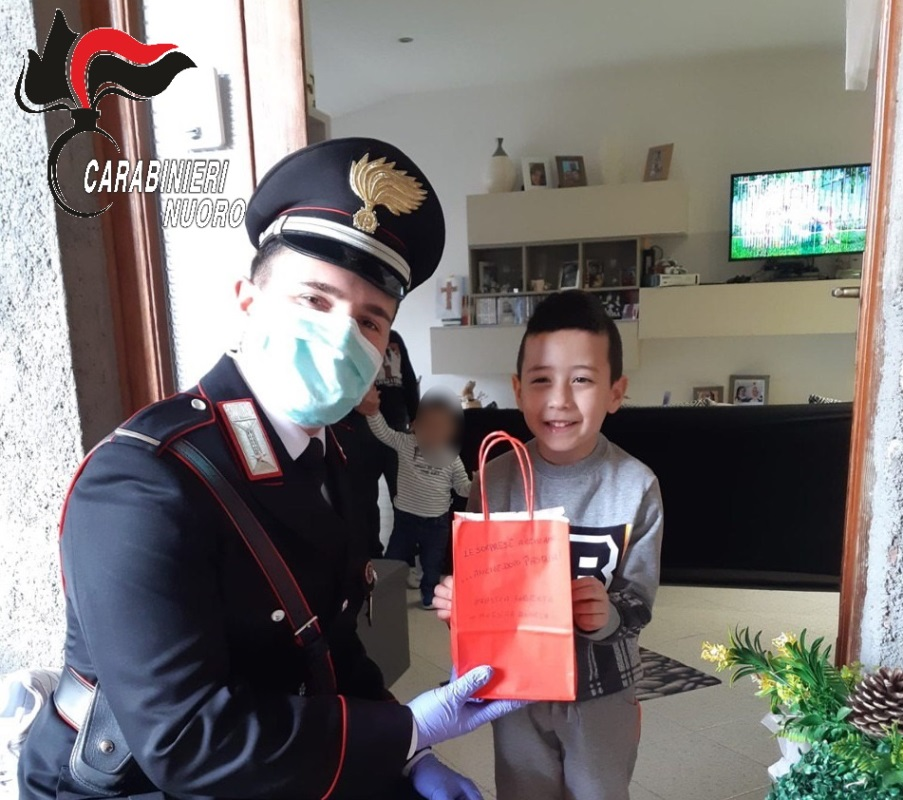 carabinieri di tonara consegnano doni ai bambini
