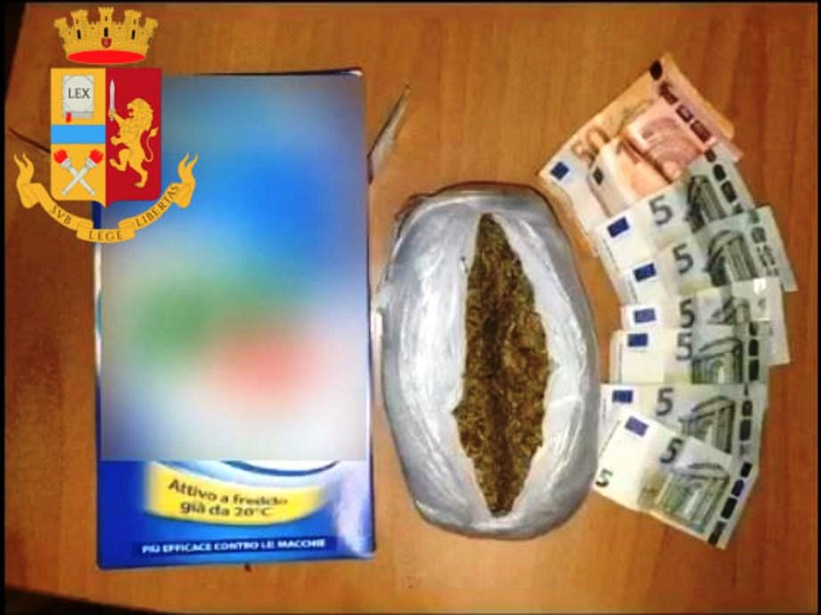 immagine droga nascosta nella scatola del detersivo