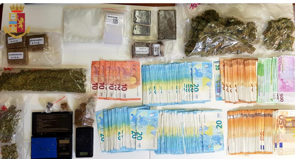 immagine droga e denaro recuperati in casa di un ragazzo di 36 anni a cagliari