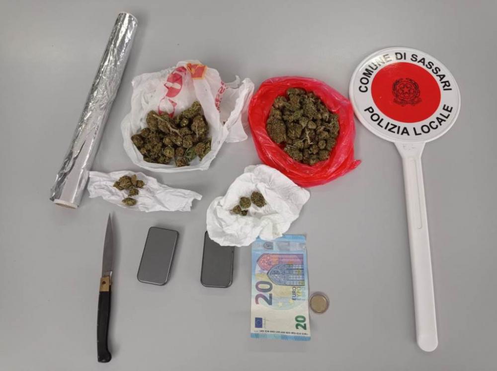 Sassari. Sorpresi dalla Polizia Locale a spacciare droga nei giardini pubblici. Arrestati due giovani