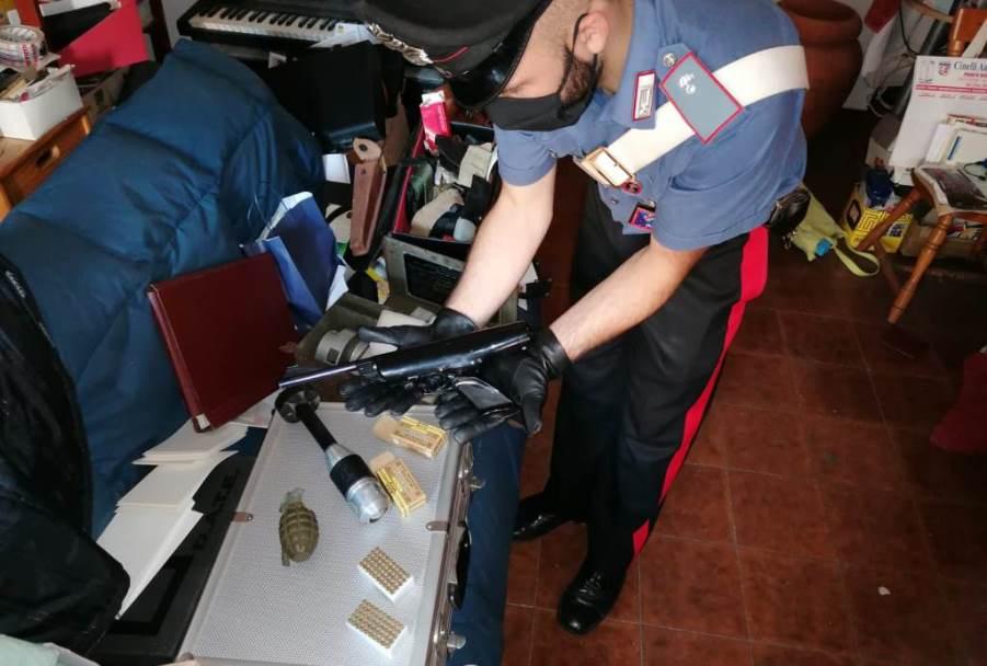 immagine armi e munizioni ritrovate nella casa di una donna di 73 anni