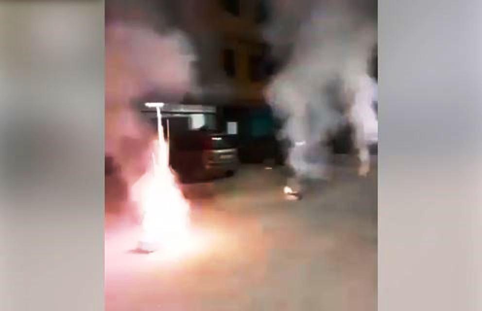 immagine fuochi d'artificio in mezzo alla strada a pianura nel napoletano