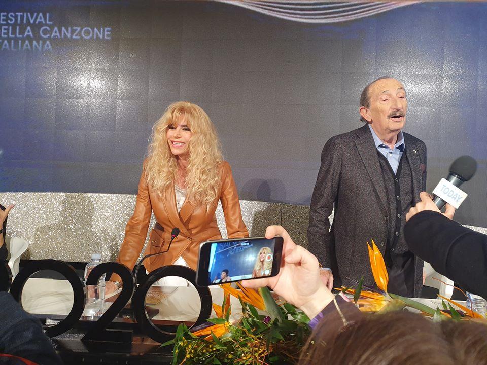 immagine ricchi e poveri durante la conferenza stampa