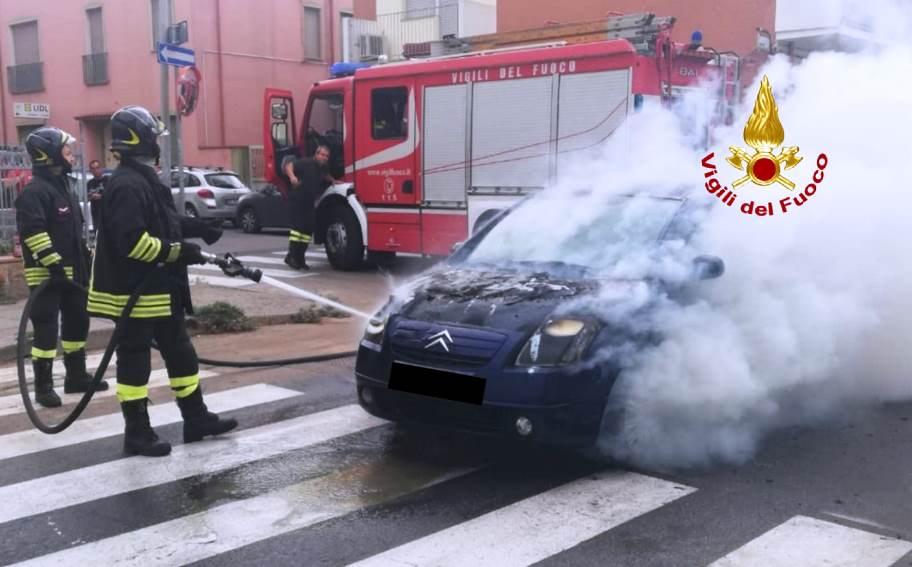 immagine incendio auto ad iglesias