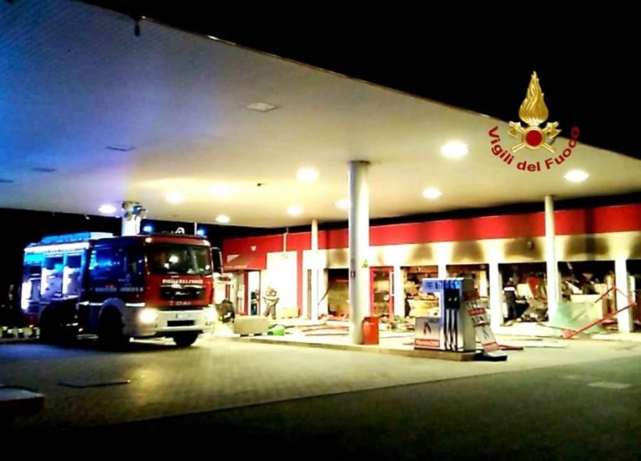 immagine locale devastato dalle fiamme