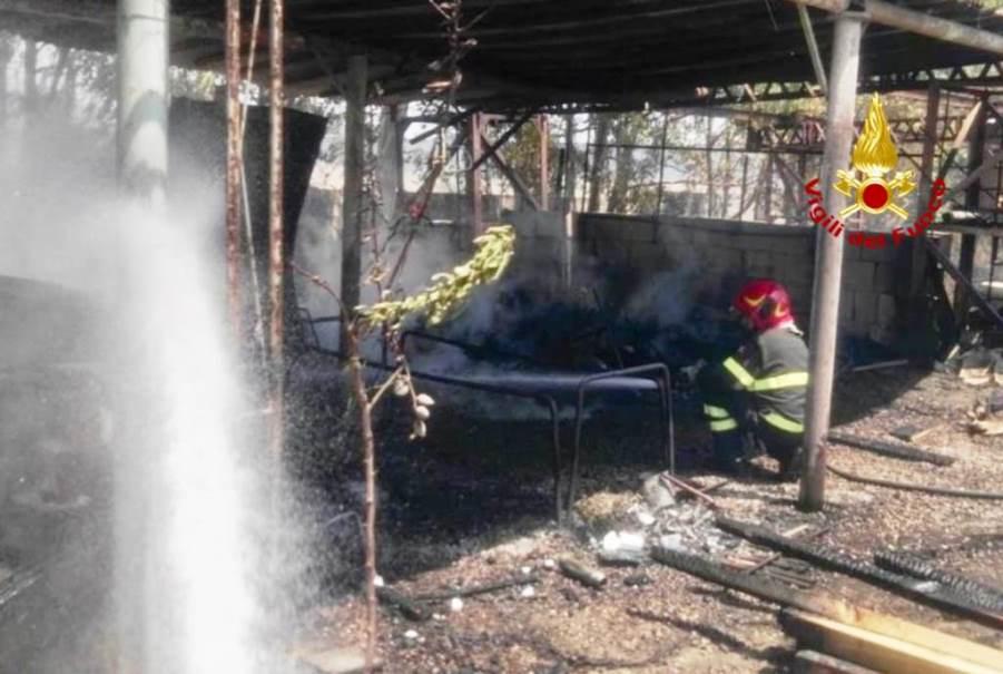immagine vigili del fuoco che spengono un incendio a cagliari