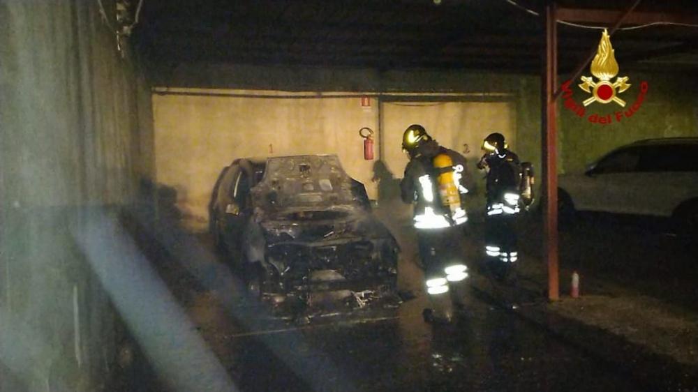 immagine incendio auto a cagliari