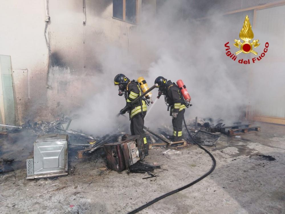 immagine selargius incendio all esterno di un capannone