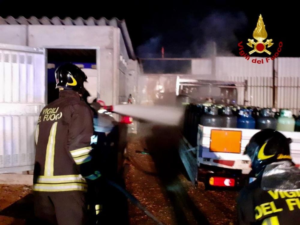 immagine vigili del fuoco che spengono un incendio in deposito di bombole a quartu sant elena