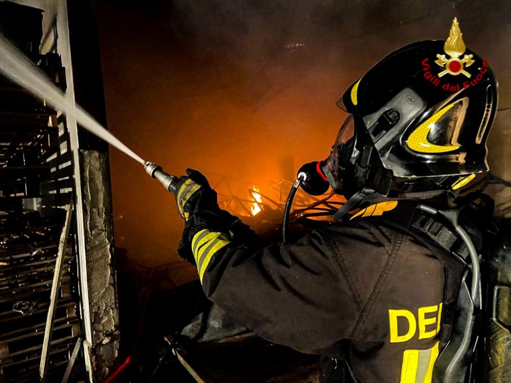 immagine vigili del fuoco durante incendio capannone di selargius
