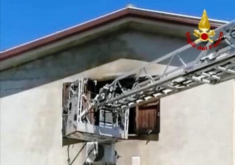 Immagine casa incendiata a san sperate