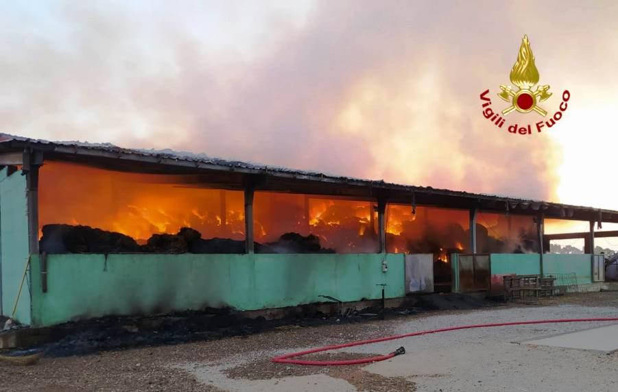 Siliqua. Incendio in una struttura agricola. Intervento in corso dei vigili del fuoco