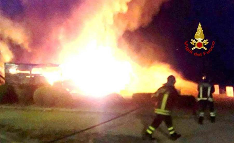 immagine incendio casolare quartiere sant'elia a cagliari