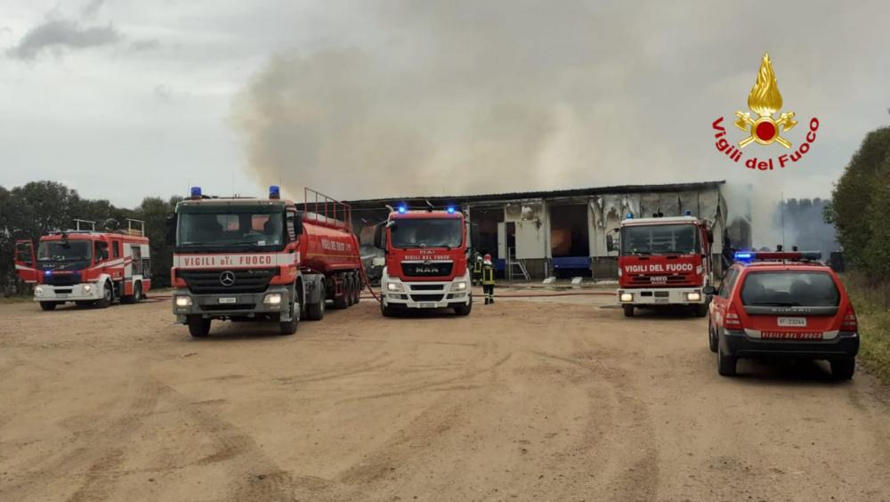 Immagine incendio a sestu in una azienda ortofrutticola