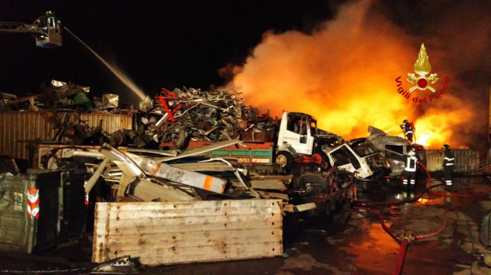 immagine incendio presso autodemolizione di sestu